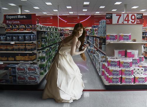 Как избежать импульсивных покупок, девушка в магазине с банкой консервов