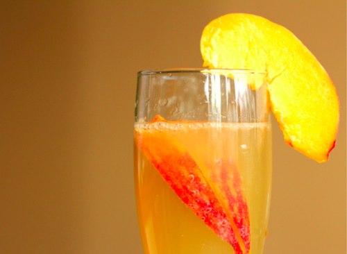 Коктейль персиковый Беллини.