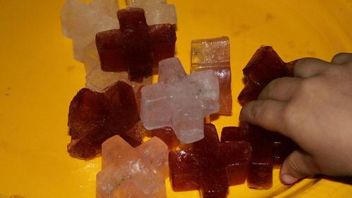 чтобы вино, которое используется для приготовления блюд, не мешалось в холодильнике нужно заморозить его в форме для льда