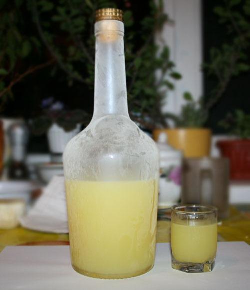 Бутылка с замороженным ликером Limoncello