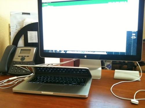 Рабочий стол Алексея Федорова в офисе