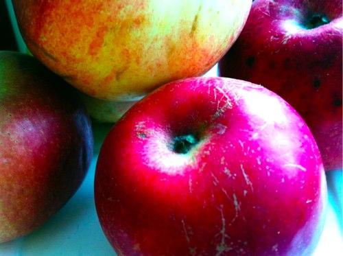 Как хранить разрезанное яблоко так, чтоб оно не потемнело