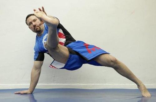 отжимание с внутренним ударом ноги