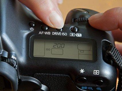 как настроить светочувствительность на фотоаппарате