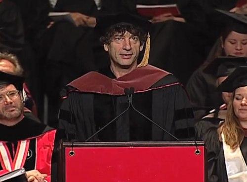 ВИДЕО: Речь Нила Геймана перед выпускниками Университета Искусств