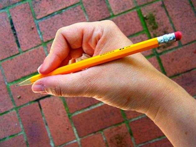 Как научить ребенка правильно держать ручку или карандаш