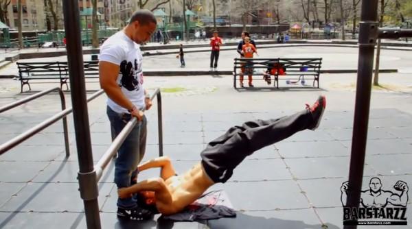 Видеоподборка уличных тренировок: укрепляем плечи, пресс, ноги и корпус