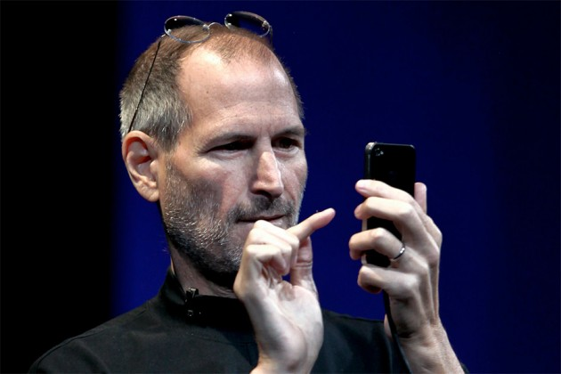 steve-jobs-using-iphone
