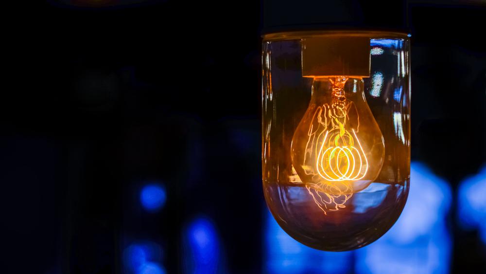 ВИДЕО: «Эффект лампочки» или как наc заставляют покупать ненужное нам барахло, состаривая наши вещи