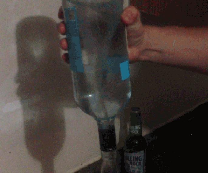 Как быстро вылить воду из бутылки — метод воронки