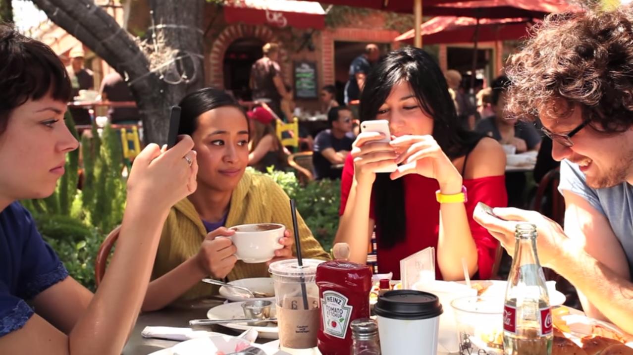 ВИДЕО: Одиночество в мире людей с мобильными телефонами
