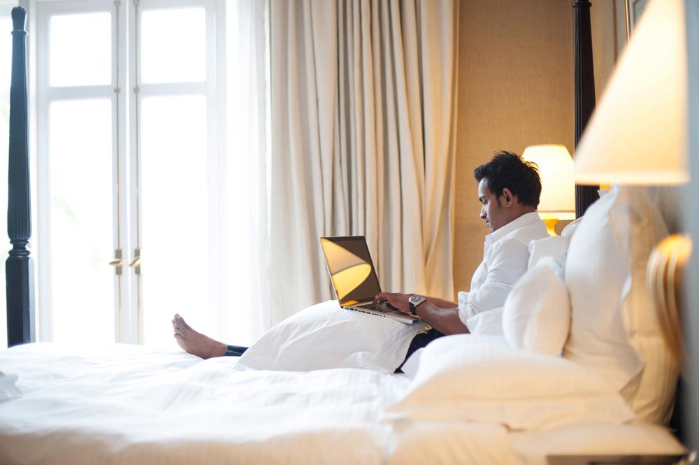 Как превратить номер в отеле в «офис»