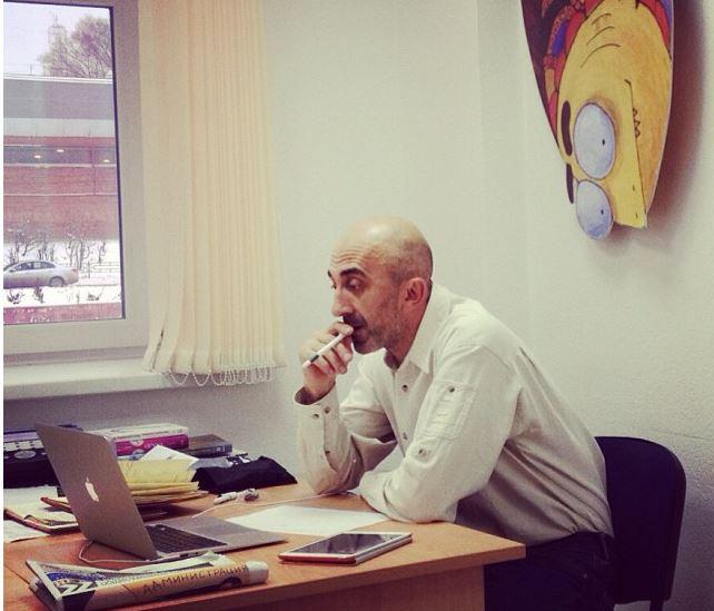 """Рабочие столы: Армен Петросян, руководитель проекта """"Жить интересно!"""""""