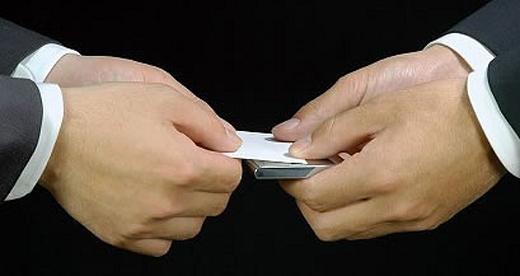 Визитку, как и подарок, передают двумя руками