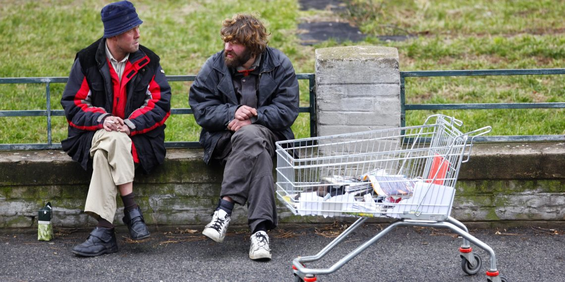 5 пагубных привычек людей, выросших в бедности