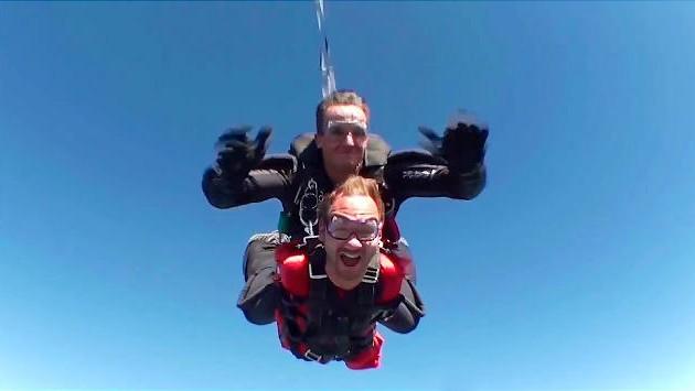 Ник прыгает с парашютом