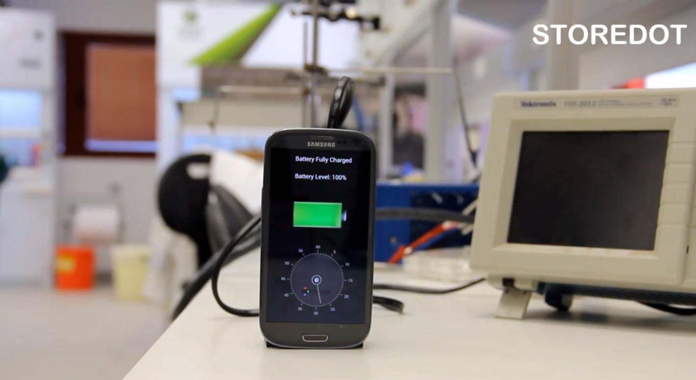 Гаджет Nanodot полностью заряжает смартфон за 30 секунд (это не шутка)