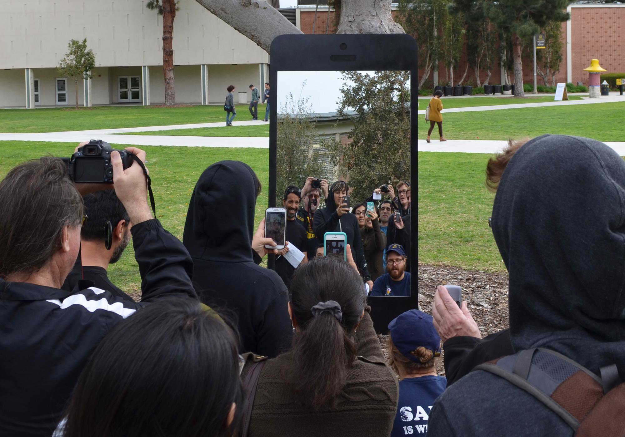 В Калифорнии установили двухметровое зеркало для селфи в форме iPhone