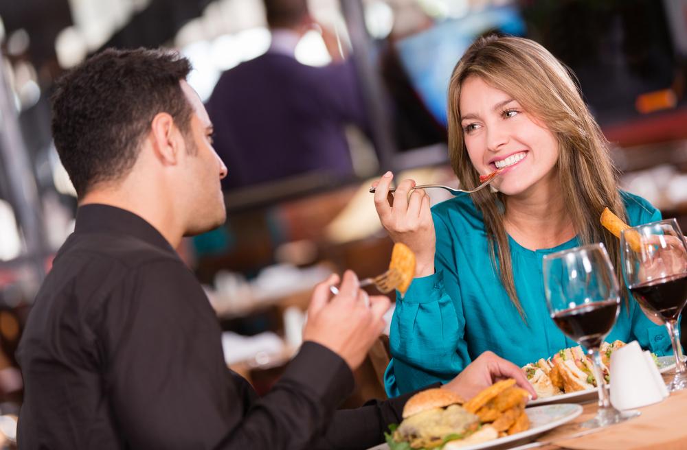 Почему мне нравится обедать с незнакомыми людьми