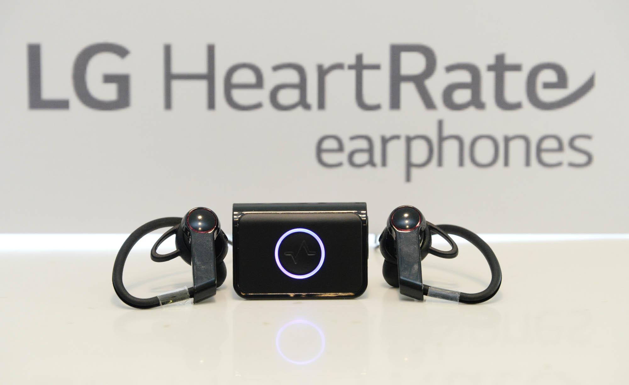 LG начинает продажи Bluetooth-наушников с пульсометром и фитнес-браслета