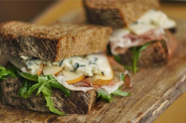 РЕЦЕПТЫ: Сэндвич с рукколой, прошутто и грушей