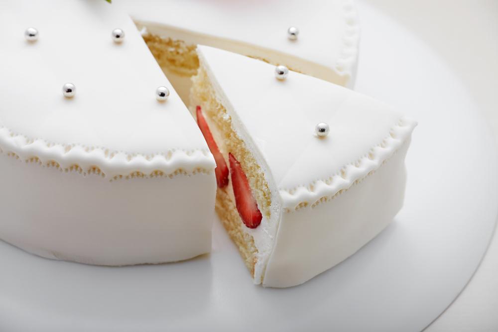 Как сохранить свежесть уже разрезанного торта