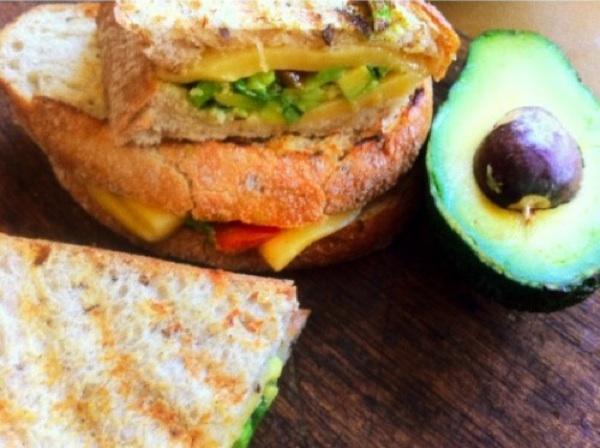 РЕЦЕПТЫ: Горячий сэндвич с гуакамоле и сыром