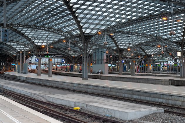 "<a href=""http://www.shutterstock.com/ru/pic-111023156/stock-photo-central-railway-station-in-cologne-gps-information-is-in-the-file.html"">SergiyN/Shutterstock</a>"