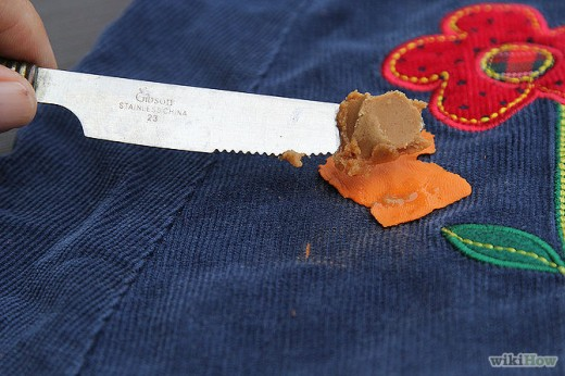 Удаление жвачки с одежды при помощи арахисовой пасты