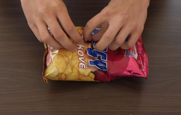 Как удобно открыть пачку чипсов или снэков
