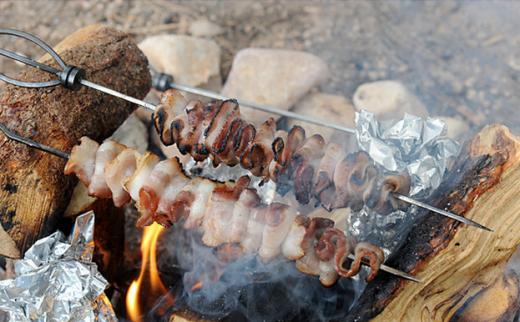Приготовление бекона на костре