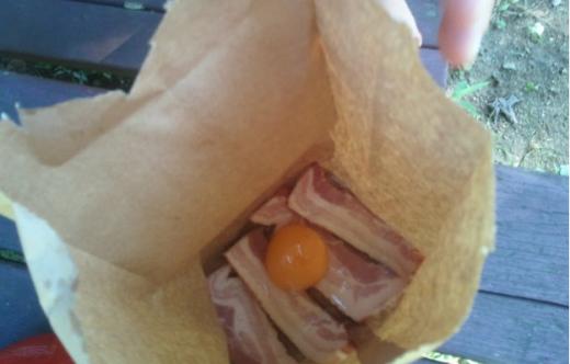 Яйцо на ломтиках бекона