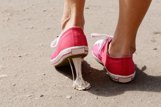 Как избавиться от жвачки в волосах, на одежде, обуви, коврах и мебели