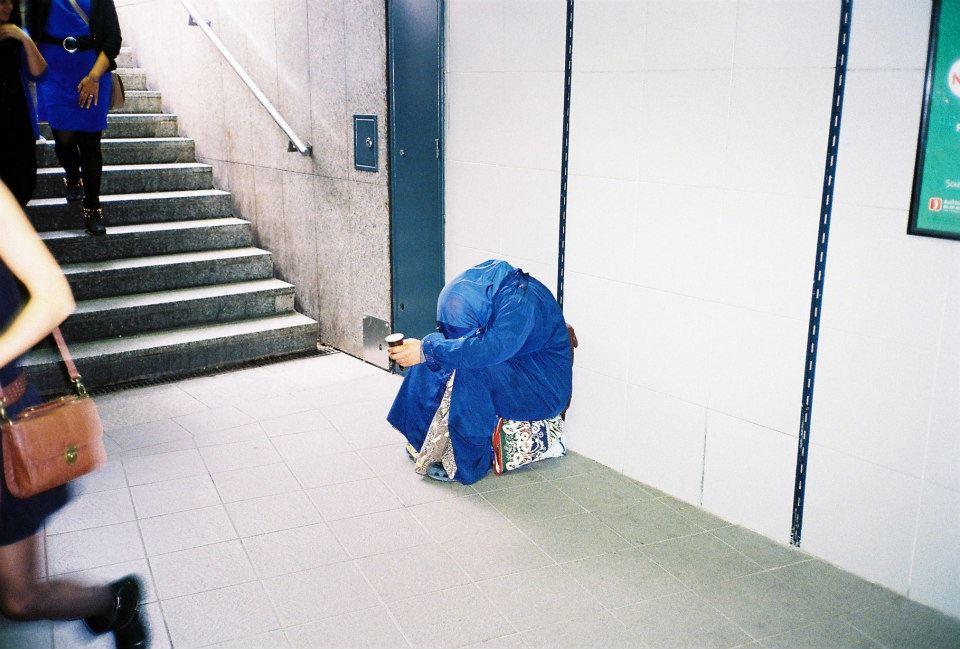 короткие юбки в переходе метро: