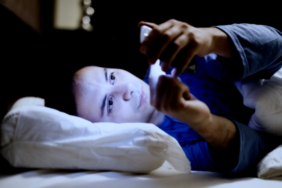 Как использовать смартфон перед сном без вреда для здоровья