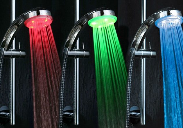 LED-насадка на душ показывает температуру воды