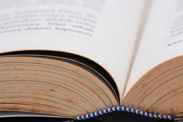 Найдите книгу, которую не надо держать, чтобы она не закрывалась