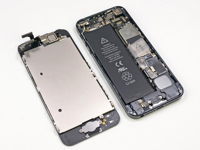 Программа бесплатной замены аккумулятора iPhone 5 продлена до 2016 года