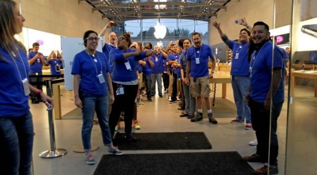 Сотрудники Apple Store предлагают посетителям продукты Samsung и Microsoft (на самом деле нет)