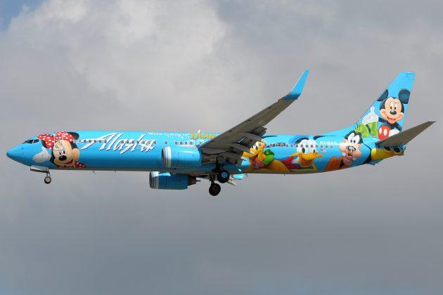 Boeing 737-900 авиакомпании Alaska Airlines в раскраске Disneyland