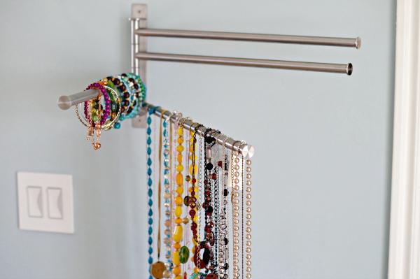 Хранение вещей в шкафу: вешалка для украшений