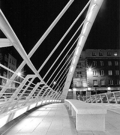 На мосту есть скамеечки