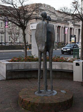 Скульптура находится напротив Национального концертного зала