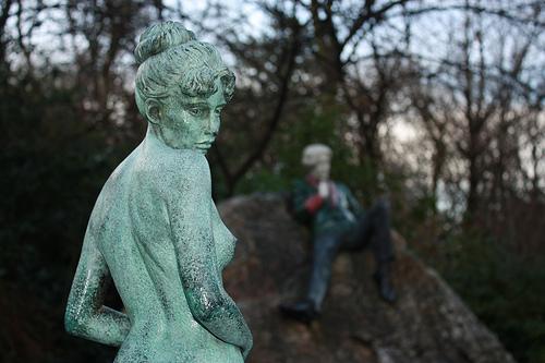 Напротив памятника две статуи: беременная девушка как символ того, что писатель был женат
