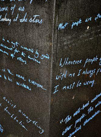 На тумбах высечены цитаты Уайльда