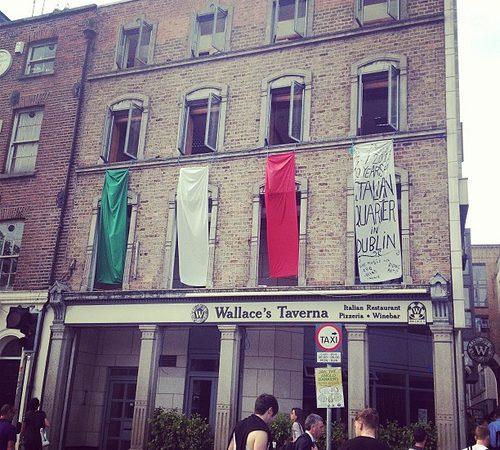 Здесь сосредоточено множество итальянских ресторанов и магазинов