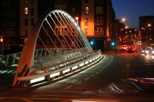Мост назван в честь ирландского писателя Джеймса Джойса