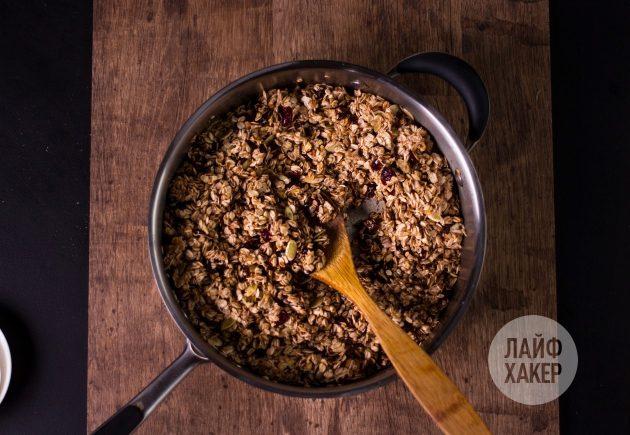 Гранола — смешайте овсянку с добавками и сиропом