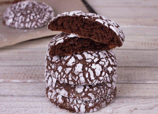 Праздничное шоколадное печенье нужно остудить