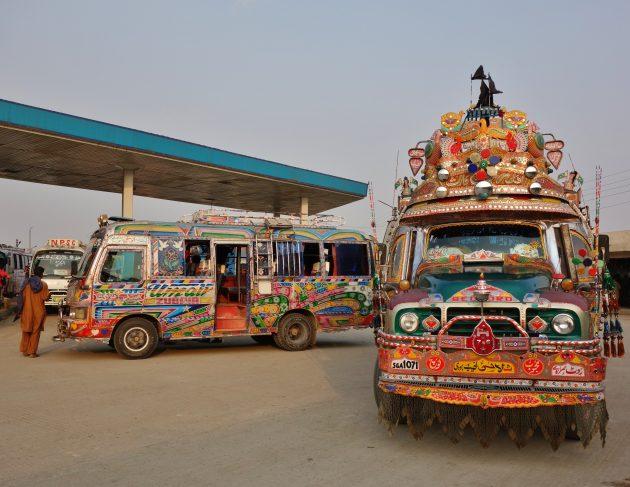 Автобусы на станции в Равалпинди, Пакистан